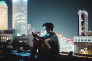 Adolescent captivé par son smartphone